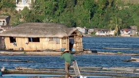 趋向在湖的人们浮动鱼笼子 影视素材
