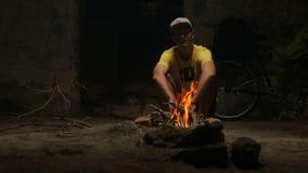 趋向营火的年轻人 影视素材