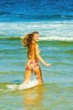 趟过在水的愉快的少妇 图库摄影