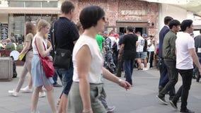 足球世界杯步行沿着向下Nikolskaya街道的足球迷 股票录像