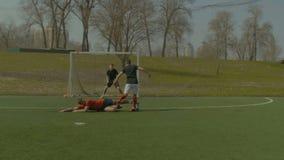 足球做铲球的防御球员 股票视频