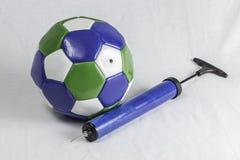 足球和气泵 图库摄影