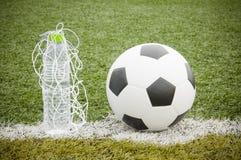 足球和水瓶 免版税库存图片