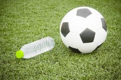 足球和水瓶 图库摄影
