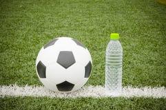 足球和水瓶 库存照片