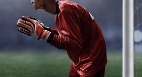 足球守门员准备好对抓住球 免版税库存图片