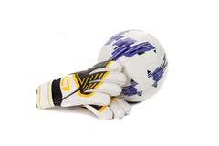 足球守门员手套和一个球在白色 免版税库存图片
