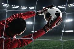 足球守门员抓住球 免版税图库摄影