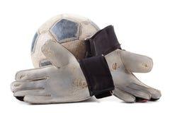 足球守门员的手套和球 免版税库存图片