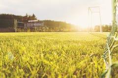 足球射门得分绿草室外日落 免版税图库摄影
