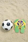 足球橄榄球和啪嗒啪嗒的响声在巴西海滩 库存照片