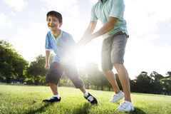 足球橄榄球场父亲儿子活动夏天概念 库存图片