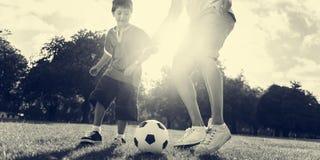 足球橄榄球场父亲儿子活动夏天概念 图库摄影