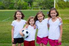 足球橄榄球孩子女孩合作在体育fileld 免版税库存照片