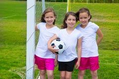 足球橄榄球孩子女孩合作在体育fileld 免版税库存图片