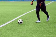 足球的特写镜头和体育场的足球运动员 图库摄影