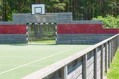 足球目标和篮球篮在普遍室外操场 库存照片
