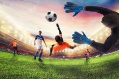 足球罢工者击中与一个杂技倒钩球的球 3d翻译 免版税图库摄影