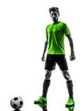 足球足球运动员年轻人常设反抗剪影 免版税库存图片
