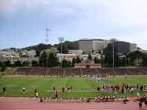 足球运动员为戏剧排队在Kezar体育场 库存图片