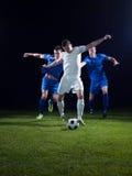 足球运动员决斗 免版税库存照片