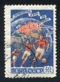 足球运动员和地球 免版税库存图片