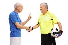 足球运动员和握手的守门员 库存图片