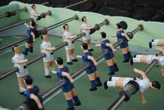 足球运动员图从金属的,以青红色形式 库存照片
