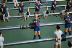 足球运动员图从金属的,以青红色形式 图库摄影