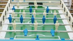 足球运动员图移动演奏foosball的左右人民 桌足球plaers 表橄榄球足球赛 股票视频