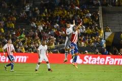 足球运动员在天空中碰撞 库存照片