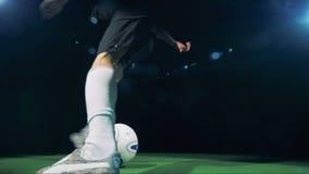 足球运动员在照相机附近跑然后踢球在框架外面 4K 影视素材