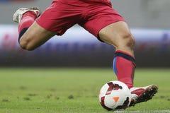 足球运动员射击球 免版税库存照片