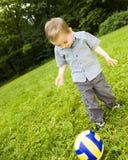 足球运动员年轻人 免版税图库摄影
