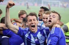 足球运动员庆祝胜利 免版税库存照片