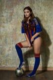 足球运动员性感的妇女年轻人 免版税图库摄影