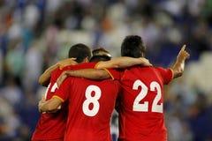 足球运动员拥抱 免版税库存照片