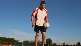 足球运动员是训练和弹起在他的腿的一个足球 影视素材