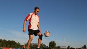 足球运动员是训练和弹起足球由他的脚 影视素材
