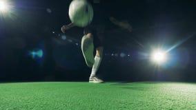 足球运动员滴下球的` s脚 世界橄榄球杯子2018年概念 股票录像