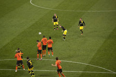 足球运动员被猛击的Borussia任意球 库存照片
