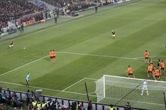 足球运动员被猛击的Borussia任意球 图库摄影