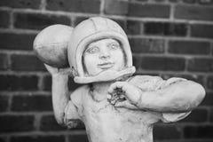 足球运动员雕象 免版税库存图片
