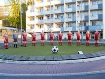 足球运动员雕象  免版税图库摄影
