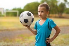 年轻足球运动员 免版税库存图片