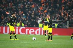 足球运动员Borussia投掷球 库存照片