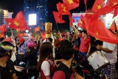 足球迷庆祝,越南夜风暴 库存图片