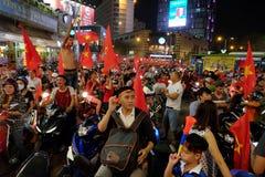 足球迷庆祝,越南夜风暴 免版税库存图片