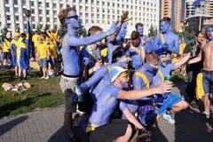 足球迷获得乐趣户外 库存图片