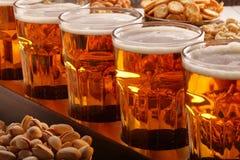 足球迷设置了用啤酒和快餐在木背景 免版税库存图片